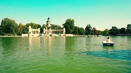 Мадрид : MADRID, SPAIN - SEPTEMBER 30, 2018. Time lapse of boats on the pond in Parque del Buen Retiro or Retiro Park