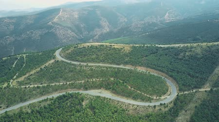 dobrar : Aerial shot of a windy car road in Sierra Nevada National Park mountains, Spain