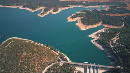 mês : Aerial view of the dam and the hydroelectric power plant