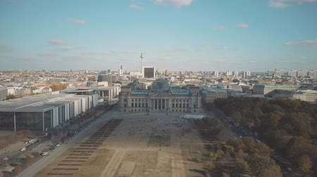 немецкий : Aerial shot of Berlin centre involving main city landmarks: the Reichstag building and the television tower