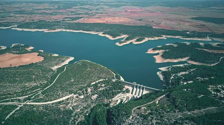 mês : The Alarcon dam of hydroelectric power plant in Spain, high altitude aerial view Vídeos