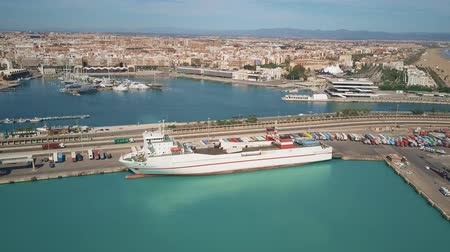 személyszállító hajó : VALENCIA, SPAIN - OCTOBER 2, 2018. Aerial view of seme-trailer truck moving on Super Fast Levante passenger and ro-ro ship Stock mozgókép