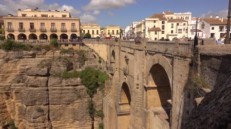 посетитель : RONDA, SPAIN - SEPTEMBER 26, 2018. Puente Nuevo bridge, main city landmark Стоковые видеозаписи