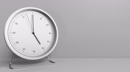 часов : Round clock shows 5:00 or 17:00 sharp. Five or seventeen oclock. 3D animation Стоковые видеозаписи