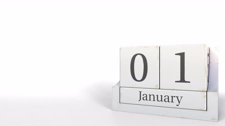 primeiro plano : January 1 date on vintage cube calendar, 3D animation Stock Footage