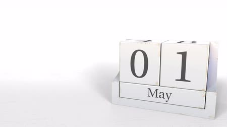 primeiro plano : May 1 date on wooden blocks calendar. 3D animation