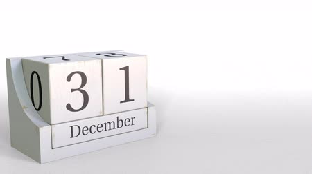 primeiro plano : December 31 date on wood bricks calendar. 3D animation Stock Footage