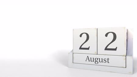 son teslim tarihi : Wood cube calendar shows August 22 date, 3D animation