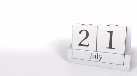 primeiro plano : Cube calendar shows July 21 date. 3D animation