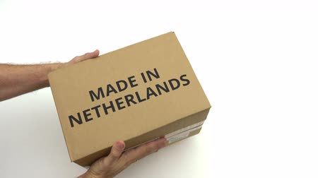 papel reciclado : Hombre sosteniendo una caja de cartón con MADE IN NETHERLANDS caption Archivo de Video