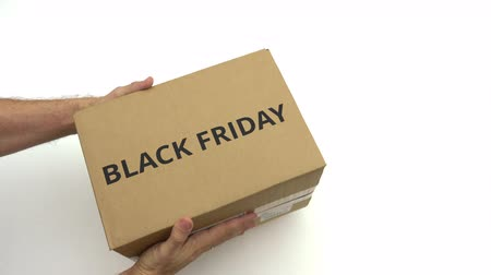 courrier : Texto de BLACK FRIDAY en la caja en las manos.