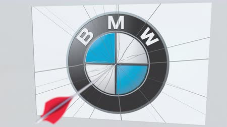 tiro com arco : Archery arrow breaks glass plate with BMW company logo. Business issue conceptual editorial animation