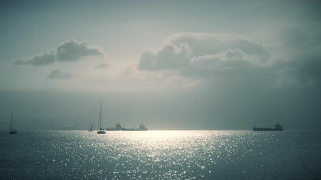海港 : Distant sailboats and cargo ships near Gibraltar