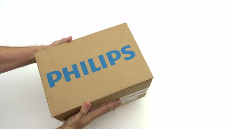 reciclado : Hands holding box with PHILIPS logo. Editorial clip