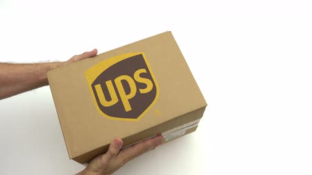 reciclado : UPS logo on the carton in hands. Editorial clip