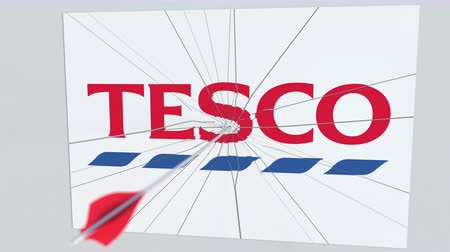 tiro com arco : Archery arrow breaks glass plate with TESCO company logo. Business issue conceptual editorial animation
