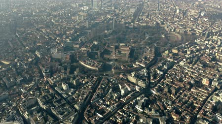 milaan : Aerial view of Castello Sforzesco castle and Sempione Park in Milan, Italy