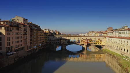 palmo : Aerial view of crowded famous Ponte Vecchio bridge in Florence, Italy Vídeos