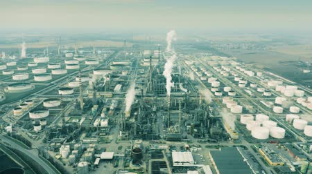 emise : Aerial view of big oil refinery Dostupné videozáznamy