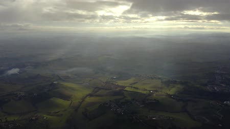 toskánsko : Aerial hyperlapse of picturesque Tuscany landscape on partially cloudy day, Italy