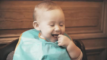 младенчество : Baby girl wearing bib smiles, close-up