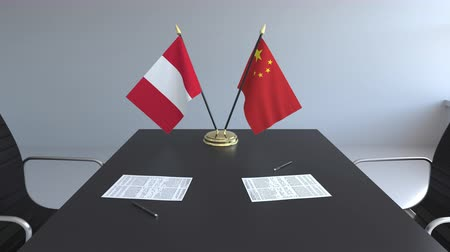 diplomatie : Drapeaux du Pérou et de la Chine et papiers sur la table. Négociations et signature d'un accord international. Animation 3D conceptuelle