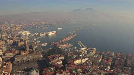 neapol : NAPLES, ITALY - DECEMBER 29, 2018. Aerial shot of the city seafront area and famous Mount Vesuvius Wideo