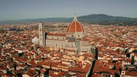toscane : Aerial revealing shot of the city of Florence involving the Cathedral or Cattedrale di Santa Maria del Fiore, Italy
