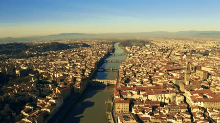 firenze : Aerial shot of famous Ponte Vecchio and other bridges in Florence, Italy