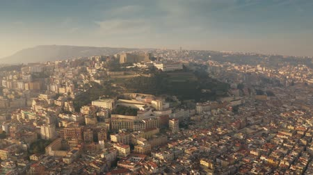 neapol : Aerial shot of famous Castel SantElmo castle on the top of the hill and the cityscape of Naples, Italy
