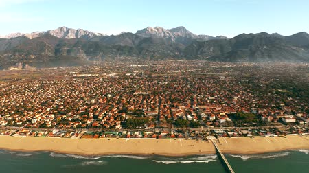 toscane : Aerial shot of picturesque Forte dei Marmi beachfront and distant mountains, Italy