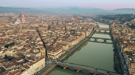 firenze : Main landmarks of Florence, Ponte Vecchio bridge and Cathedral or Cattedrale di Santa Maria del Fiore. Aerial view