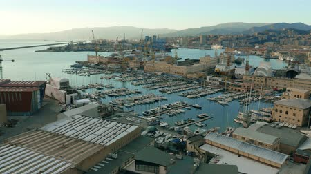 Лигурия : Aerial view of port and city of Genoa in the evening. Italy