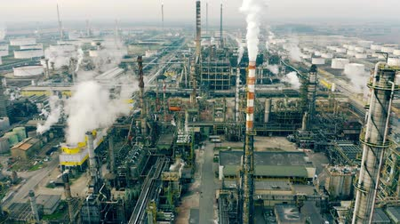 emise : Aerial view of a huge polluting industrial facility Dostupné videozáznamy