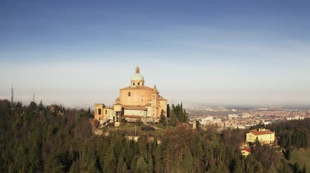 bolognai : Aerial shot of Sanctuary of the Madonna di San Luca basilica in Bologna, Italy Stock mozgókép