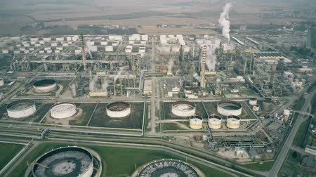 emise : Aerial view of a big polluting chemical factory in Italy Dostupné videozáznamy