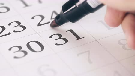 primeiro plano : Marked date in the calendar transforms into NEW YEAR words