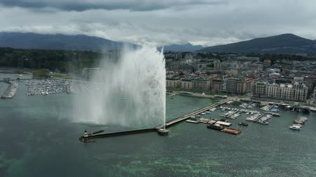 набережная : GENEVA, SWITZERLAND - APRIL 27, 2019. Aerial view of famous Jet dEau fountain on the Lake Geneva, main citys landmark