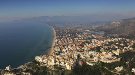 латина : Aerial view of the Tyrrhenian Sea and town of Sperlonga, Italy