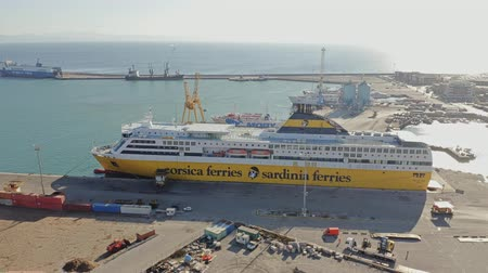 náutico : PIOMBINO, ITALY - JANUARY 2, 2019. Aerial view of Corsica Ferries - Sardinia Ferries ship in the port Vídeos
