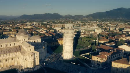 escala : Aerial shot of the Leaning Tower of Pisa and crowded Piazza dei Miracoli square in the evening. Italy