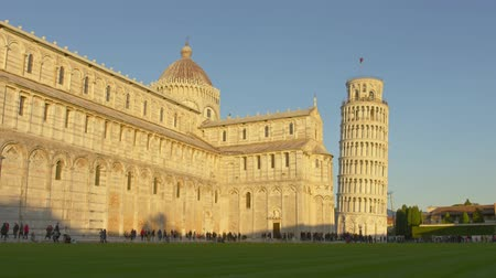 посетитель : Leaning Tower of Pisa in Italy. Shot on Red camera