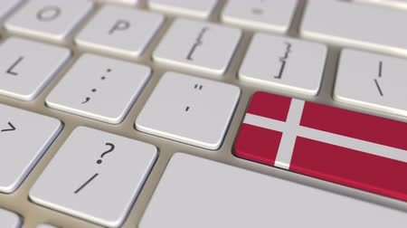 знак : Key with flag of Denmark on the computer keyboard switches to key with flag of the USA, translation or relocation related animation