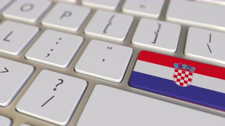 hırvat : Key with flag of Croatia on the computer keyboard switches to key with flag of the USA, translation or relocation related animation Stok Video
