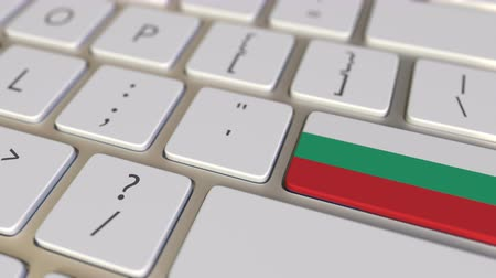 búlgaro : Key with flag of Bulgaria on the computer keyboard switches to key with flag of the USA, translation or relocation related animation Vídeos
