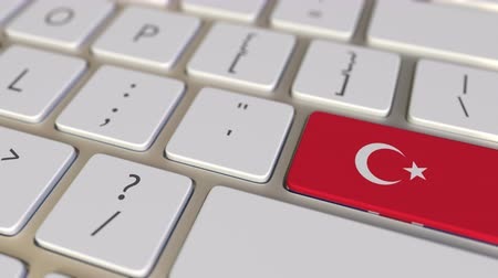 deslocalização : Key with flag of Turkey on the computer keyboard switches to key with flag of Great Britain, translation or relocation related animation
