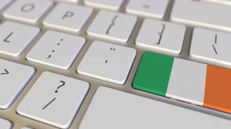 immigratie : Key with flag of the Republic of Ireland on the computer keyboard switches to key with flag of Great Britain, translation or relocation related animation