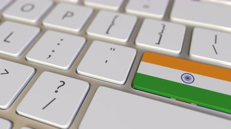 národní vlajka : Key with flag of India on the computer keyboard switches to key with flag of Great Britain, translation or relocation related animation