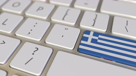 иммиграция : Key with flag of Greece on the computer keyboard switches to key with flag of Great Britain, translation or relocation related animation Стоковые видеозаписи