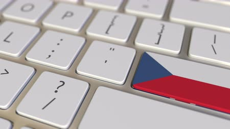 deslocalização : Key with flag of the Czech Republic on the computer keyboard switches to key with flag of Great Britain, translation or relocation related animation